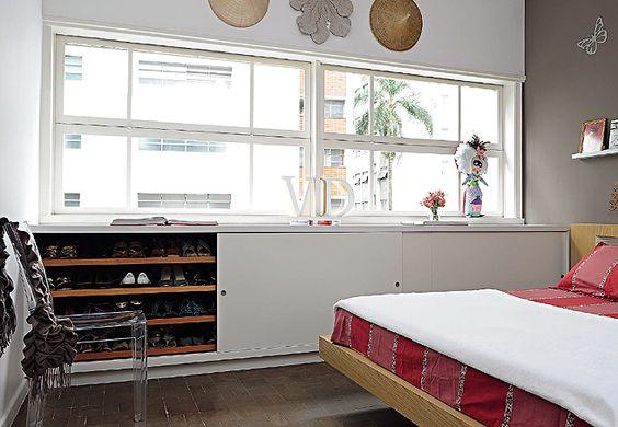 No quarto do casal, os móveis, incluindo a sapateira – um tipo de rack de madeira –, acompanham os moradores desde a primeira casa. Projeto do arquiteto Alexandre Sodré: