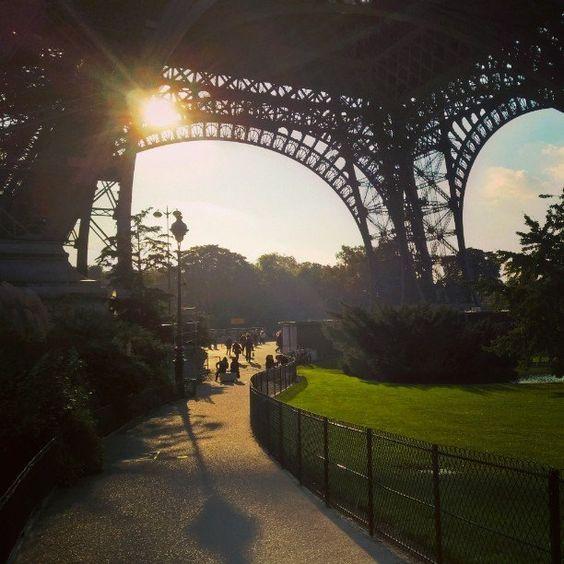 Os dias acabam muito rápido nas #férias... #Sunset #ViagemComAFamília by richard_chaves Eiffel_Tower #France