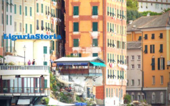 Il marcapiano e Camogli. La storia delle facciate Cosa colpisce di Camogli? I colori delle facciate delle case che si affacciano sulla spiaggia e sul porticciolo. Il marcapiano, le linee di colore più chiaro, parallele e dipinte sulle facciate aveva #camogli #liguria #storia #cultura