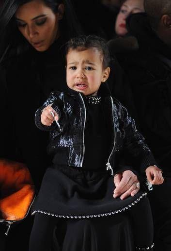 North West no colo da mãe na semana de moda de Nova York Foto: Craig Barritt / AFP