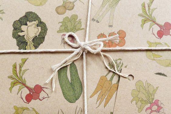 ¡Me encantaría recibir un regalo envuelto en este papel!   Vegetables Gift Wrap Fuente: via Brit + Co.