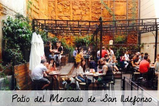 Patios en Madrid: El patio del Mercado de San Ildefonso: porque el picoteo gourmet de cualquiera de sus 18 puestos está delicioso- tortilla con naranja, crêpes de pollo, hamburguesas...- y como todavía no es archi conocido, no hay que pegarse para conseguir mesa en uno de sus 2 patios. Calle Fuencarral, 57 (Metro Tribunal). Tel: 917415059. Abierto de domingo a miércoles de 10:00 a 00:00, jueves, viernes y sábados de 10:00 a 01:00. Precio medio: 7 € por ración. www.mercadodesanildefonso.com
