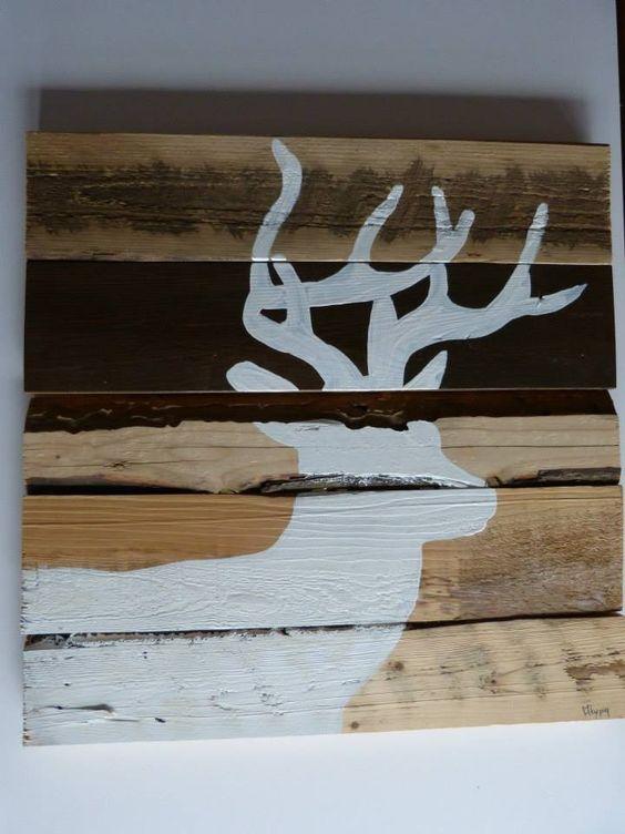 Peinture de chevreuil blanc sur un montage de bois recyclé