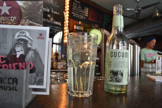 Cucumis-Dry Der Cucumis-Dry mit Gin 27 aus dem Appenzellerland schmeckt unglaublich lecker und ist herrlich erfrischend. Der Gin aus Schweizer Produktion vereint Tradition und Bodenständigkeit und eine über Generationen gepflegte Kräuterkompetenz. Aufgefüllt wird der Dry-Gin mit einem auf Gurkensaft basierendem Erfrischungsgetränk, das mit einem Hauch Basilikum und Mineralwasser verfeinert wird. Der Drink schmeckt übrigens auch alkoholfrei köstlich.