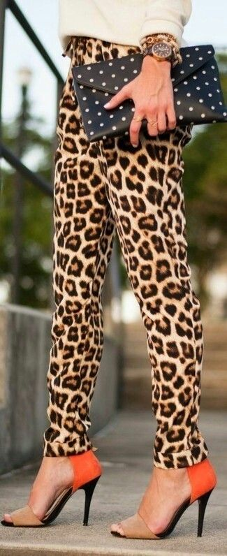 Prachtige tijgerprint broek gecombineerd met opvallende schoenen, maar toch classy