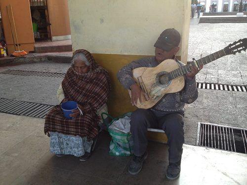 Un hombre y su pareja ganándose la vida en el centro de Toluca, Estado de México.