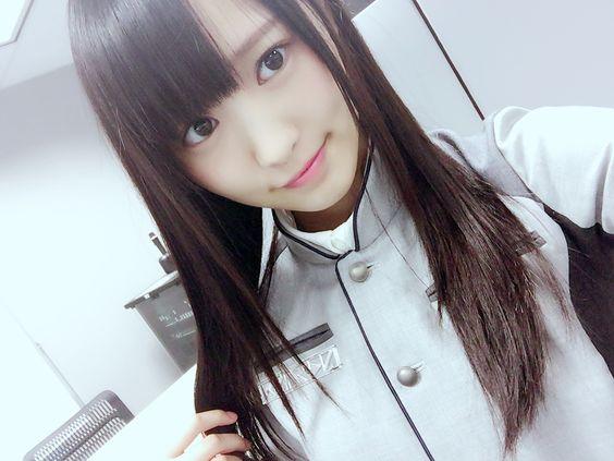 灰色の服の菅井友香