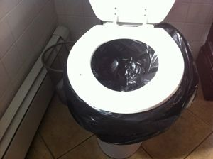 """Somente para emergências (ex: descarga quebrada, falta de água)!!! Nojento, mas de fato funciona. Melhor do que nada.. kkk. Elimine o máximo de água do vaso. Depois, coloque o saco de lixo nele e prenda bem. Se tiver, jogue arreia dentro do saco e, depois de usar, jogue água sanitária pra """"eliminar"""" odores. Amarre bem antes de jogar no lixo."""