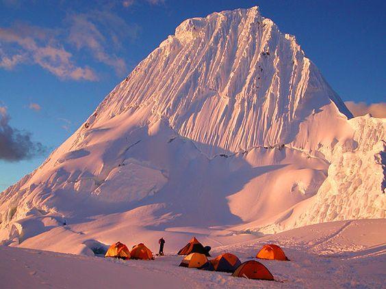 """Nevado Alpamayo """"La Montaña más Bella del Mundo"""" según la revista Alpinismus"""