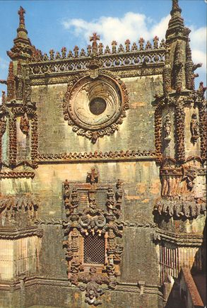 Originally designed as a monument symbolizing the Reconquest, the Convent of the Knights Templar of Tomar (transferred in 1344 to the Knights of the Order of Christ) came to symbolize just the opposite during the Manueline period – the opening up of Portugal to other civilizations.