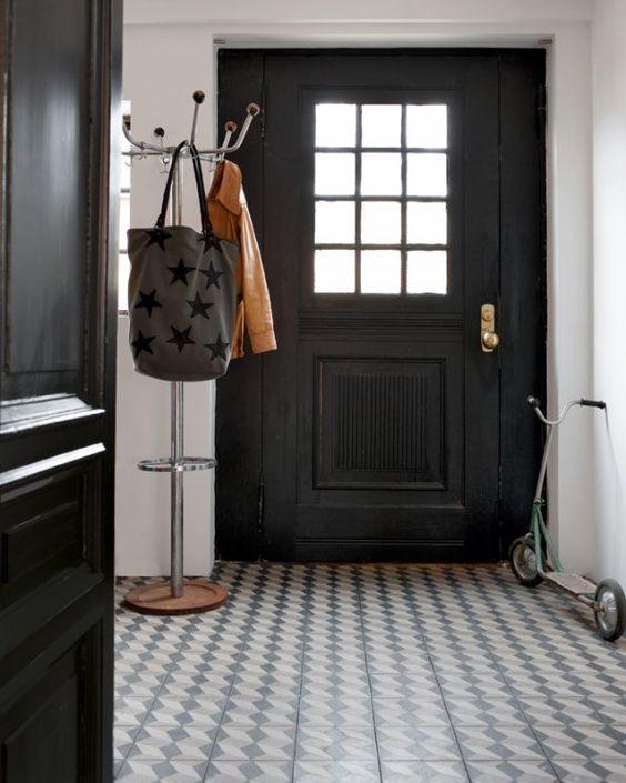en su de une maison en bord de mer foisonnante de m langes portes noires mosa ques et portes. Black Bedroom Furniture Sets. Home Design Ideas