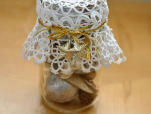 These doily potpourri mason jars are fun and easy to create and make great holiday decorations. An easy craft that can then be gifted to your friends. bumblebeelinens.com