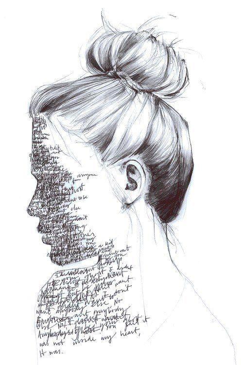 Mulher com escritos no lugar do rosto.
