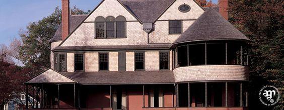 Das Isaac Bell Haus in Newport wird gerade restauriert. Es wird dem Schindelstil zugeordnet. Es wurde 1883 gebaut.
