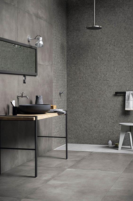 Gränsa av duschen visuellt genom att ändra golvfärgen och välja ett litet format som motsats till resterande stora väggplattor. Du håller dig inom samma färg vilket ger lugnt samtidigt som rummets olika funktioner framhävs.