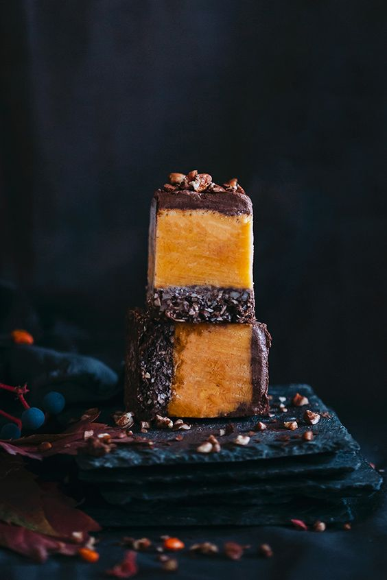 Easy pumpkin fudge, with pecans and chocolate, the perfect Halloween treat #vegan | TheAwesomeGreen.com: