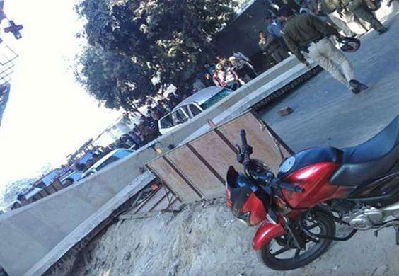 दिल्ली के पीतमपुरा में पुल का पिलर गिरा, 3 घायल