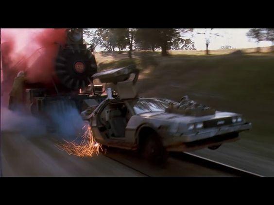 En una de las escenas del film, el DeLorean tiene que moverse por las vías del tren para poder viajar en el tiempo. Para que un coche para hacer esto, el sistema de dirección tendría que ser bloqueado, especialmente si el frente del auto quedara suspendido en el aire, como lo hace cuando la madera roja explota. No hubo bloqueos de cualquier tipo en el volante o modificaciones en los ejes del DeLorean, menos aún con las herramientas que dispone Doc en 1885.