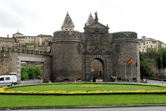 PUERTA DE LA BISAGRA: símbolo de Toledo, abre paso a una de las ciudades que mejor a conservado en compendio cultural de España.