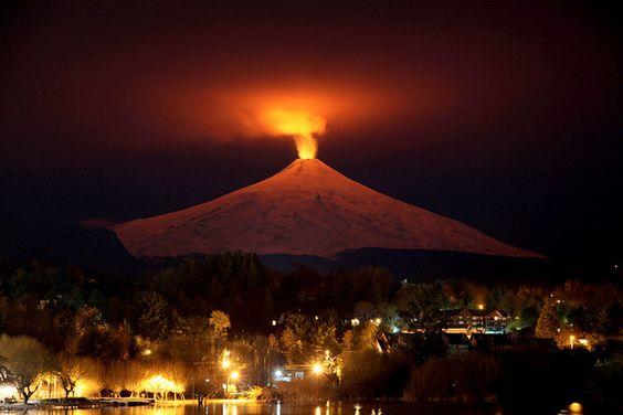 La diversidad y el contraste de América Latina en 20 imágenesEl volcán Villarrica por la noche, visto desde la ciudad de Pucón, Chile.