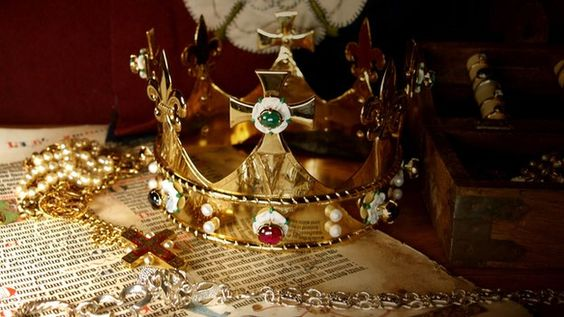 AN ORNATE CROWN THAT WILL GO INTO THE COFFIN OF RICHARD III WHEN HE IS RESPECTFULLY LAID TO REST AT LAST. THE CROWN WAS COMMISSIONED & PAID FOR BY THE HISTORIAN, DR. JOHN ASHDOWN-HILL, WHO HELPED IDENTIFY THE KING'S REMAINS.