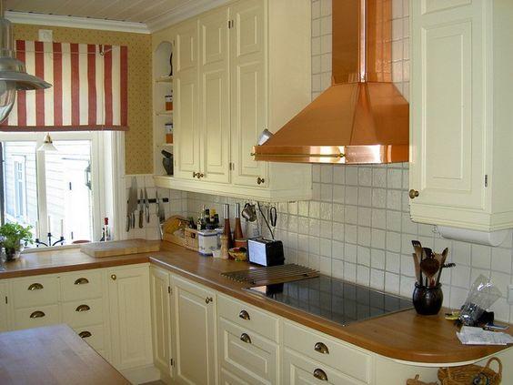 Acogedora cocina con campana extractora de cobre for Extractor de cocina de pared