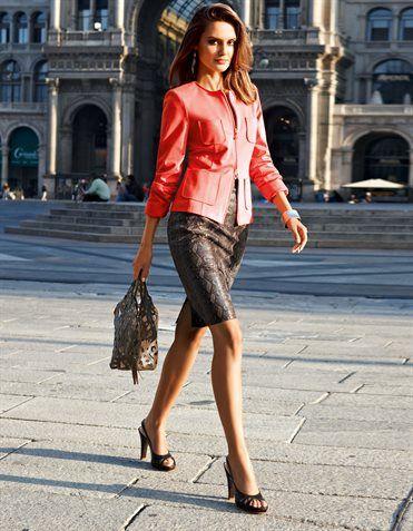 Lederrock aus Ziegenvelours, Tasche aus Leder und Plexi-Einsätzen, Slingpumps, Armspange, Blazer