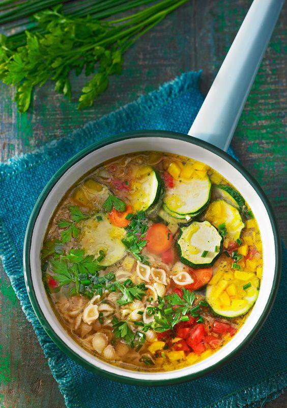 Schnelle vegane Gemüsesuppe mit Nudeln