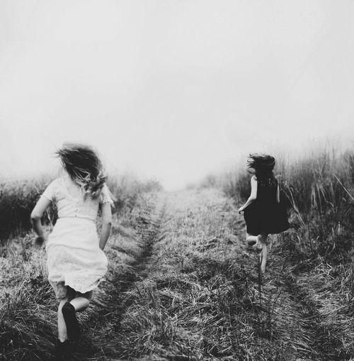 Photographe inconnu - deux femmes qui courent - champs - Noir & Blanc
