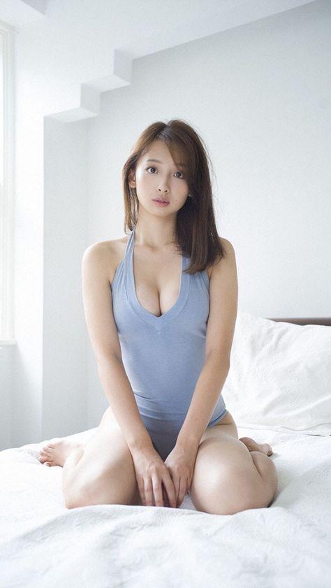 セクシーな青いビキニ姿の華村あすかです。