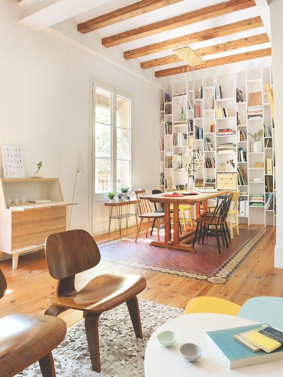 Salón y comedor comunicados con sillas de diseño nórdico, librería ...