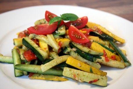 Gekochte Zucchini mit Tomate