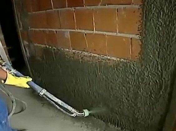 Reboco projetado - É uma técnica de reboco de paredes onde a argamassa é projetada na superfície por uma máquina lançadora de reboco.  Leia mais em: http://www.ecivilnet.com/dicionario/o-que-e-reboco-projetado.html: