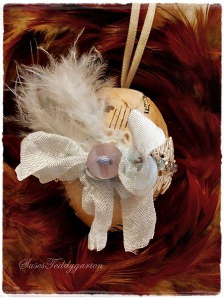 Zauberhaftes Shabby-Osterei zum aufhängen, verziert mit alten Noten, Schleifchen mit Knopf, Federn und Spitze mit Strasssteinen