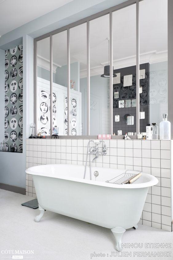 Salle de bains avec verri re d 39 int rieur carreaux de for Salle de bain baignoire patte de lion