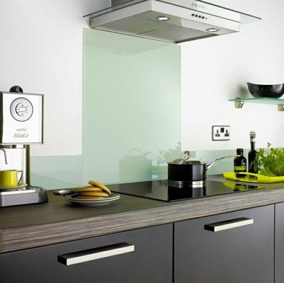 Schwarzweiße Küche mit Keramik Arbeitsplatte und Spritzschutz - keramik arbeitsplatte küche