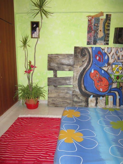 Bed & Breakfast en Fuengirola, España. Alquilo  HABITACIÓN PRIVADA EN Casa azul DE ARTISTA 250m/2 , patios llenos de vida y techo de flores. El cuarto tiene capacidad para 2/3 personas CASA PERFECTA para Gente que ame COMPARTIR, conocer gente y que le aburran los hoteles y pasar las va...