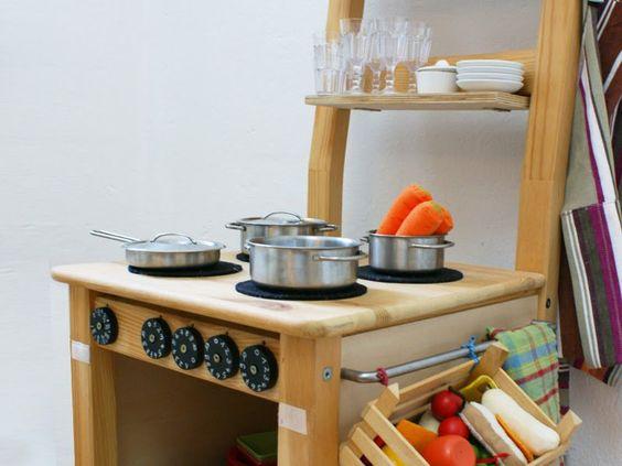 Diy Stuhlkuche Eine Spielkuche Aus Einem Alten Holzstuhl Stuhle Kuche Diy Mobel Ideen Diy Spielkuche