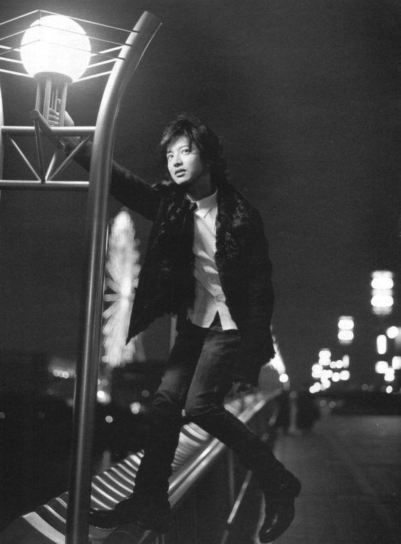 橋で撮影している木村拓也