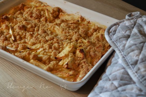 House No. 43: apple crumble am bunt gedeckten Kaffeetisch- apple crumble on the colorful coffee table