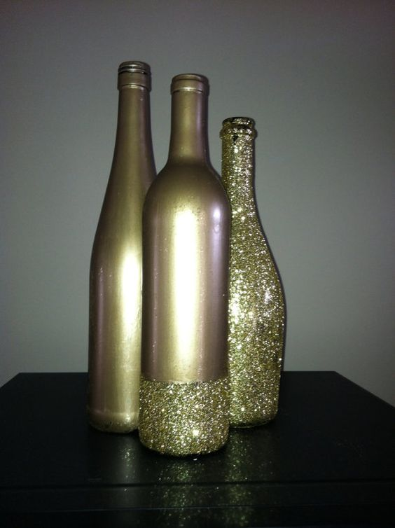 Glitter centerpieces and drinks on pinterest for Clear wine bottle centerpieces