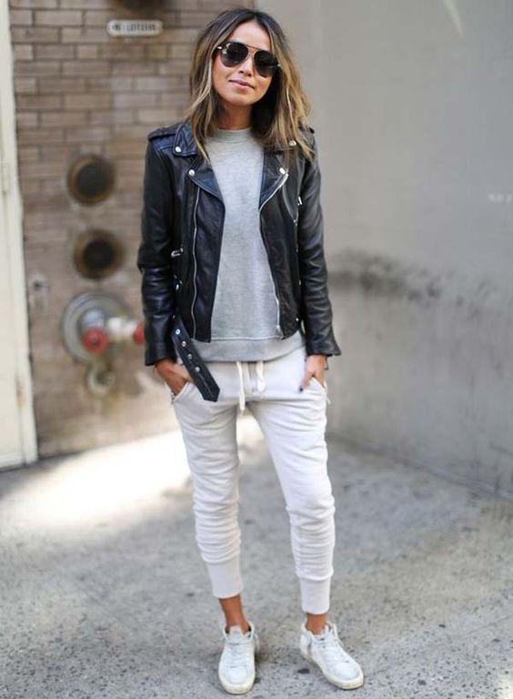 A blogueira Julie Sarinana com calca jogging e jaqueta couro: