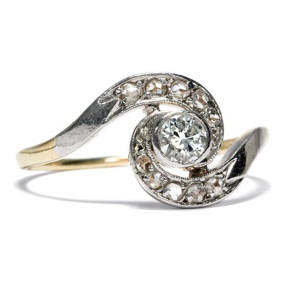 Wundersamer Diamantwirbel - Dynamischer Diamantring mit 0,25 Altschliff-Solitär, um 1910 von Hofer Antikschmuck aus Berlin // #hoferantikschmuck #antik #schmuck #antique #jewellery #jewelry