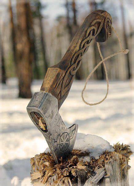 Hacha nórdica, mango madera tallado. Axe with woodcarving.