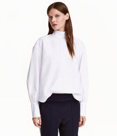 Weiß. Langarmbluse aus luftigem Webstoff. Die Bluse hat einen Stehkragen…