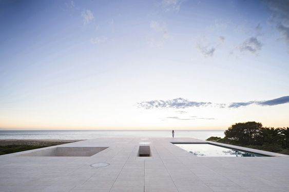 KSK⊱✿⊰LUXURY Connoisseur ⊱✿ ⊰In Cádiz Alberto Campo Baeza have built an infinite plane facing the Atlantic Ocean, a house that emerges from the sand as a stone platform.