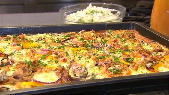 Dit ziet er uit als een normale pizza, lekker rijk belegd! Maar de bodem is geheel glutenvrij! Hij is gemaakt van bloemkool. Sharon serveert is een salade van...