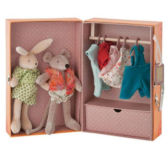 Moulin Roty Little Armoire with 2 Dolls. Idea para hacer un armarito a las niñas, pero en forma de maletita y que lo cierren.