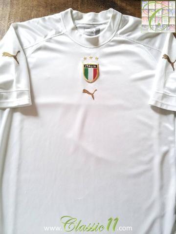 Relive Italy's 2004/2005 international season with this original Puma away football shirt.
