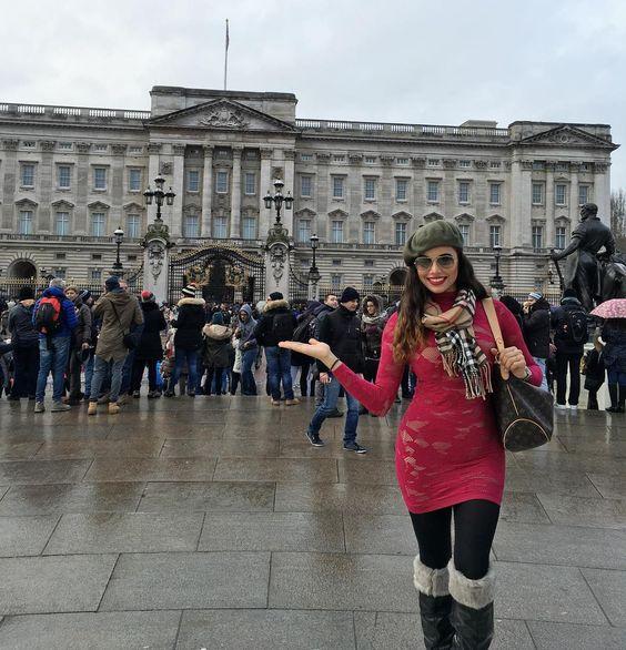 Aqui frente al mundialmente emblemático El Palacio de Buckingham también conocido como El Palacio Real. Lugar donde se encuentra la monarquia del reinado Inglés donde vive La Reina Isabel II. Impresionante la reverencia el respeto y la buena vibra que emana este lugar.  #ReinoUnido#London#buckinghampalace by alina.albizu